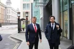 Рустэм и Эрнест Магдеев у здания Коммерческого суда в Лондоне
