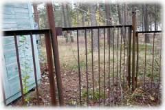 Попасть к озеру можно только через небольшую дыру в заборе