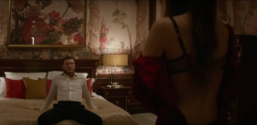 Девушки в красном полнометражное, ешак трахит женщина