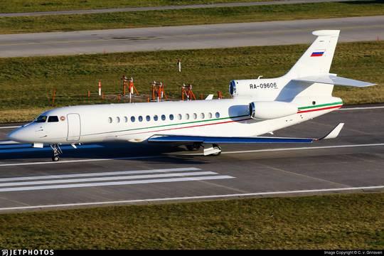 Бизнес-джет Dassault Falcon 8x RA-09606, на котором, по данным СМИ, глава Татарстана перемещается по миру. Фото C. v. Grinsven