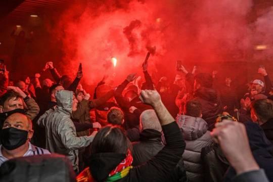 Фанаты Манчестер Юнайтед устроили беспорядки из-за конфликта с владельцами клуба и сорвали матч с Ливерпулем