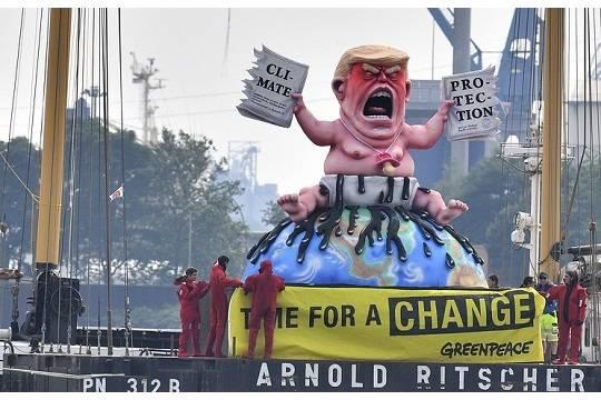 Greenpeace установил вГамбурге статую Трампа ввиде малыша спереполненным подгузником