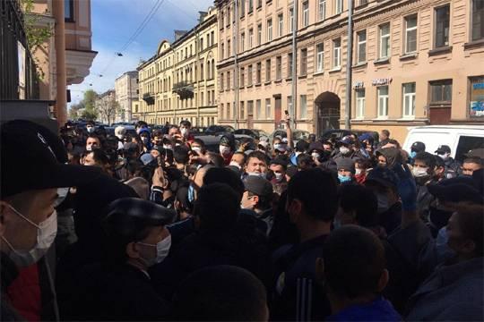 Более 50 мигрантов столпились у здания консульства Узбекистана на 4-й Красноармейской