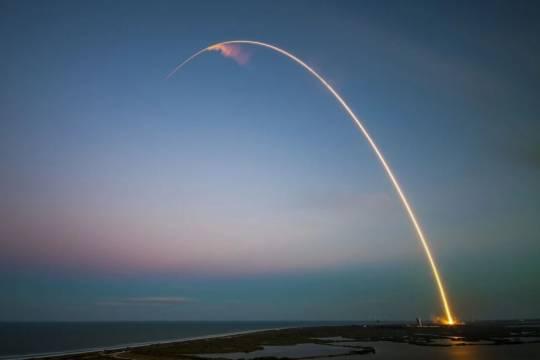 Компания SpaceX запустила ракету-носитель с 54 спутниками