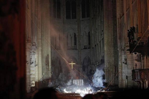 Крупный пожар едва не уничтожил собор Нотр-Дам-де Пари в столице Франции, частично удалось спасти основную конструкцию