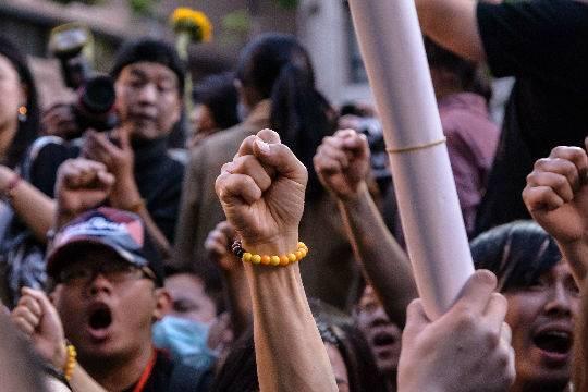 На Филиппинах полицейский автомобиль протаранил толпу демонстрантов