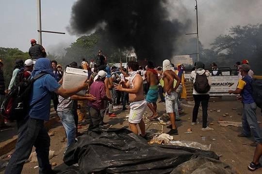 На границе Венесуэлы в ходе столкновений были ранены более 300 человек
