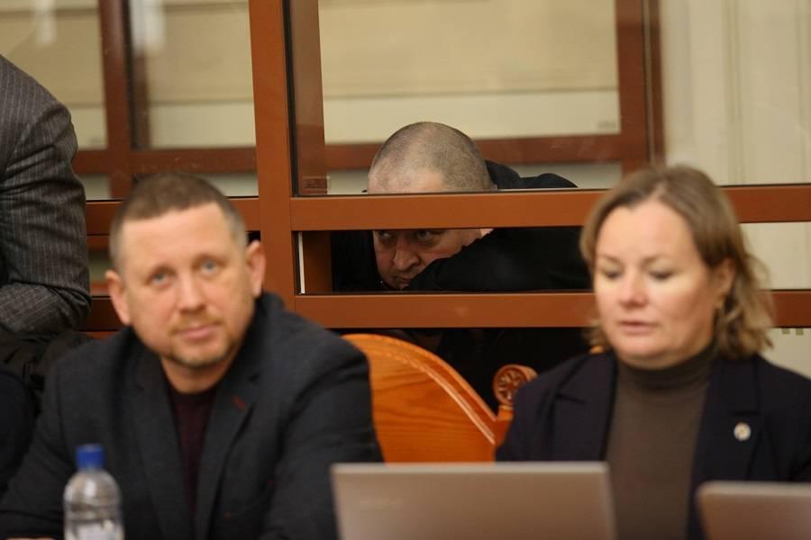 Роман Маркеев (на заднем плане) и его адвокаты Андрей Юдин и Нина Платова