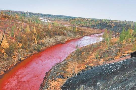 «Норникель» оштрафовали на30 тыс. руб. заокрашивание реки вкрасный цвет