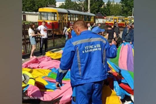 Пострадавшую при падении с батута в Барнауле девочку подключили к аппарату ИВЛ