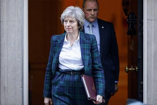 Премьер-министру Великобритании Терезе Мэй стоит перестать пытаться усидеть на двух стульях сразу