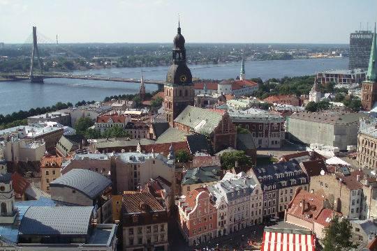 Милиция Латвии начала проверку из-за флажка Российской Федерации вмашине сотрудницы
