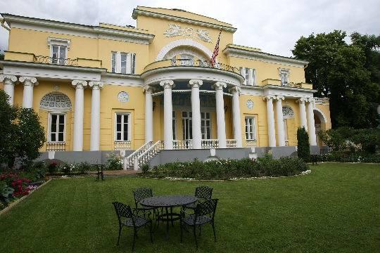 Резиденцию американского посла в Москве закидали файерами