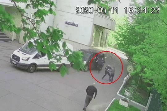 Нападение на бабушку Роберта Зимина. Роман Зимин (на переднем плане) спешит на помощь своей 64-летней матери