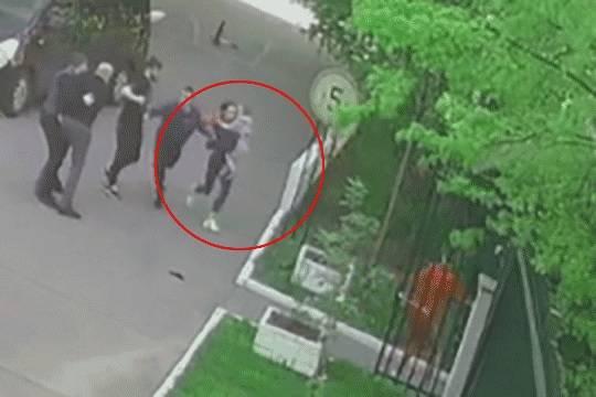 Момент похищения Роберта Зимина. Скриншот записи с камеры видеонаблюдения