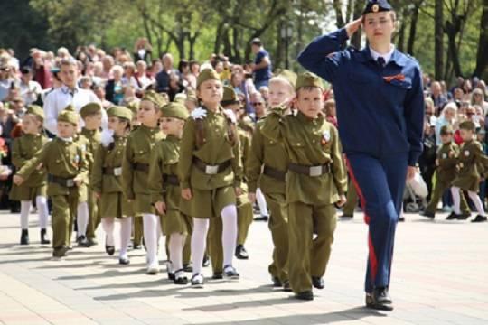 Россияне не оценили «Парад дошкольных войск» в Пятигорске и моду наряжать детей в военную форму