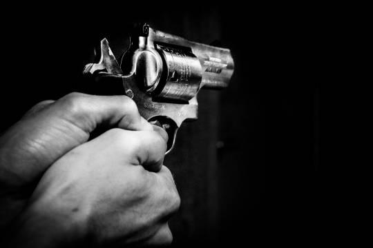 Школьнику прострелили шею на детской площадке