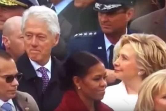 Вглобальной сети смеются над Клинтон, сверлящей мужа взором наинаугурации Трампа
