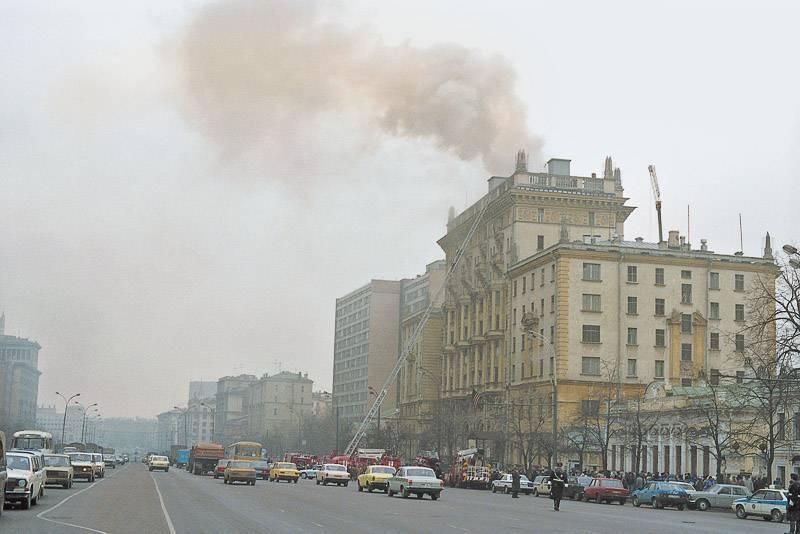 По одной из версий, американское посольство загорелось в результате спецоперации КГБ (фото: Альберт Пушкарев/фотохроника ТАСС)
