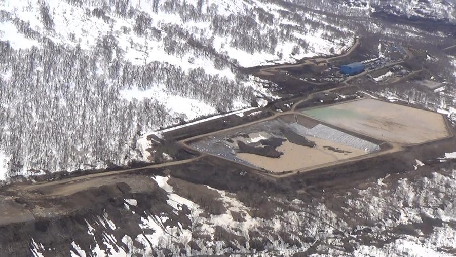 Так выглядят хвостохранилища Асачинского ГОК – резервуары, куда, по всем признакам, сливаются для отстоя отравленные цианидом шахтные воды. Их объем с учетом таяния снегов явно недостаточен, говорят экологи. Всё, что переливается, попадает в окружающую среду