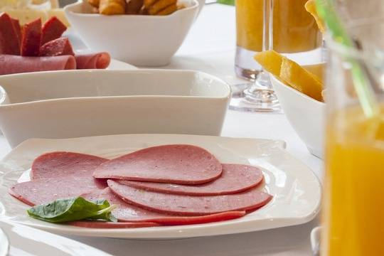 Свиные шкурки в телячьей колбасе Окраина, много жира и опасных микробов в Рублёвской и идеальная колбаса Клинского