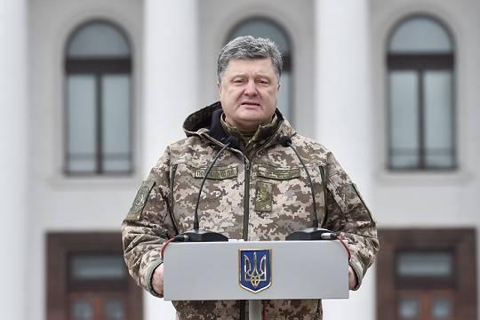 У Петра Порошенко нет возможности наступать, но и отступить ему тоже нельзя