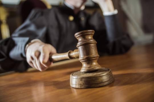 Убившего двух человек мужчину отпустили в зале суда