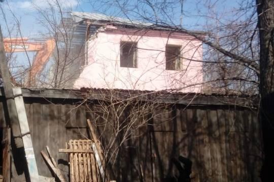 В Барнауле застройщик начал снос нерасселенного дома