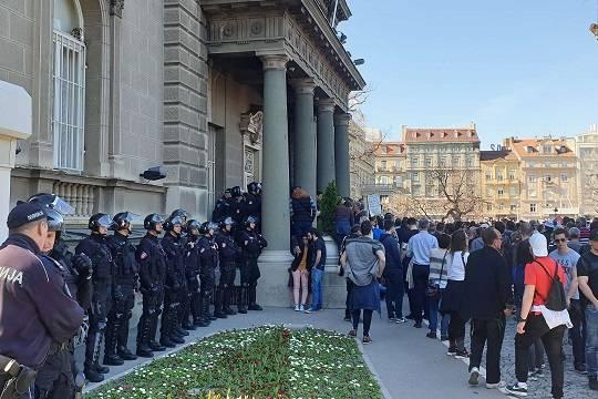 В Белграде протестующие прорвали оцепление у резиденции президента