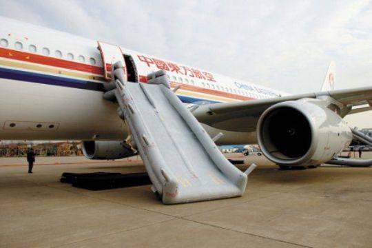 ВКитайской республике  пассажир захотел проветрить самолет иразвернул надувной трап