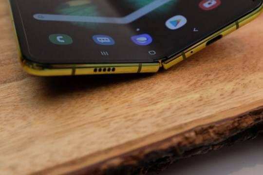 Samsung назвала срок начала продаж сгибающегося смартфона
