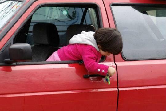 В столице 3-х летнего ребенка заперли вмашине нахолоде