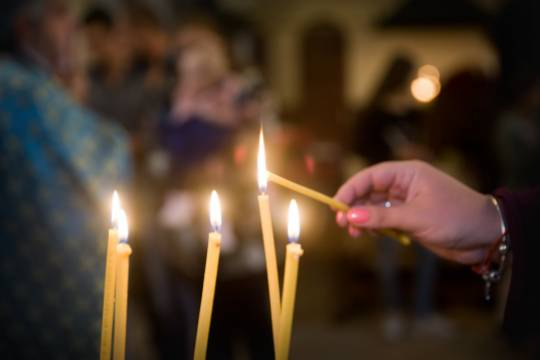 В РПЦ посоветовали прихожанам целовать только продезинфицированные иконы