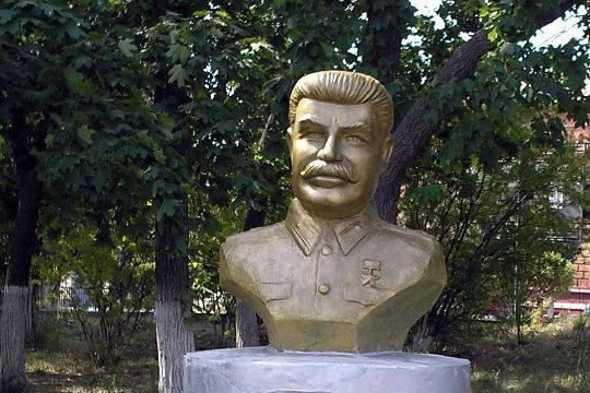 Нелегально установленный бюст Сталина вСургуте, может быть, снесут