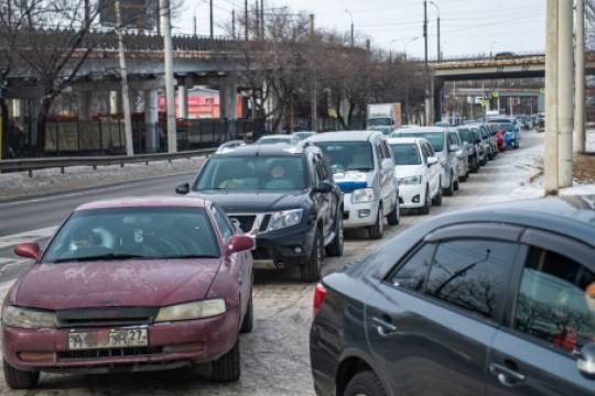 В Хабаровске на фоне дефицита бензина и дизельного топлива начали продавать места в очереди на автозаправках