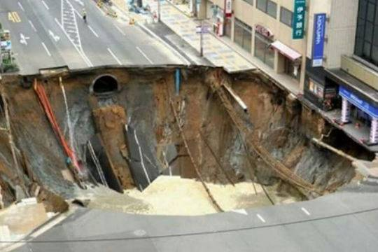 В Японии на трассе образовалась огромная яма