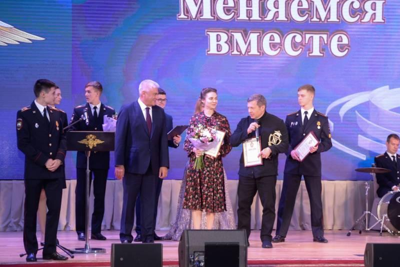 https://versia.ru/images/v/l/vladimir-kolokolcev-vruchil-nagrady-pobeditelyam-i-laureatam-konkursa-shhit-i-pero-2019-12.jpg