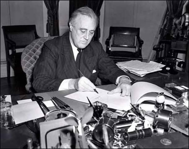 Президент США Франклин Д. Рузвельт подписывает закон о ленд-лизе(Фото: Wikimedia Commons/Associated Press)
