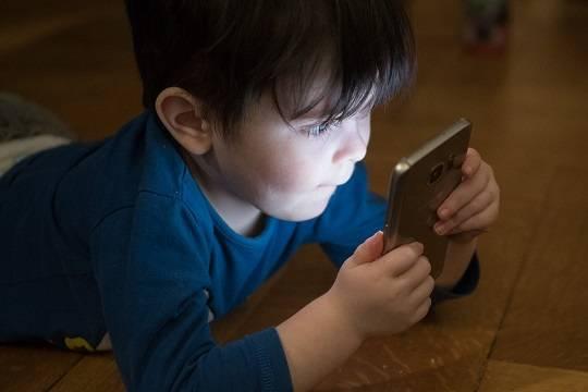 ВОЗ предписала ограничить время пользования гаджетами детьми до пяти лет