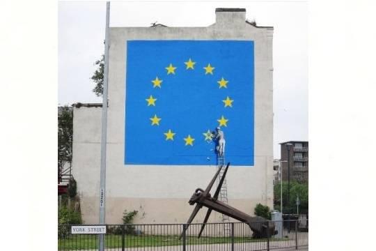 Художник Бэнкси изобразил встиле стрит-арт флаг европейского союза без одной звезды