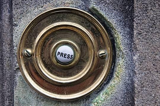 Женщина засудила соседа из-за необычного дверного звонка