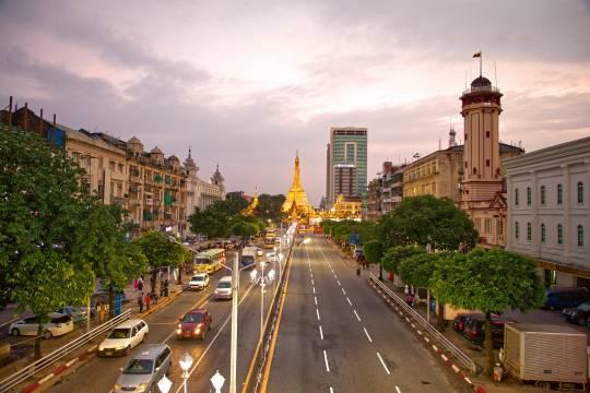 Жители Мьянмы бросились снимать деньги с карт и закупать продукты